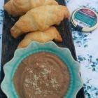Croissants apéro chèvre-coppa & crème de lentilles au citron confit {Ducs de gascogne}