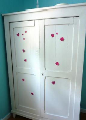 une armoire blanche un dessin d enfant un grain de. Black Bedroom Furniture Sets. Home Design Ideas
